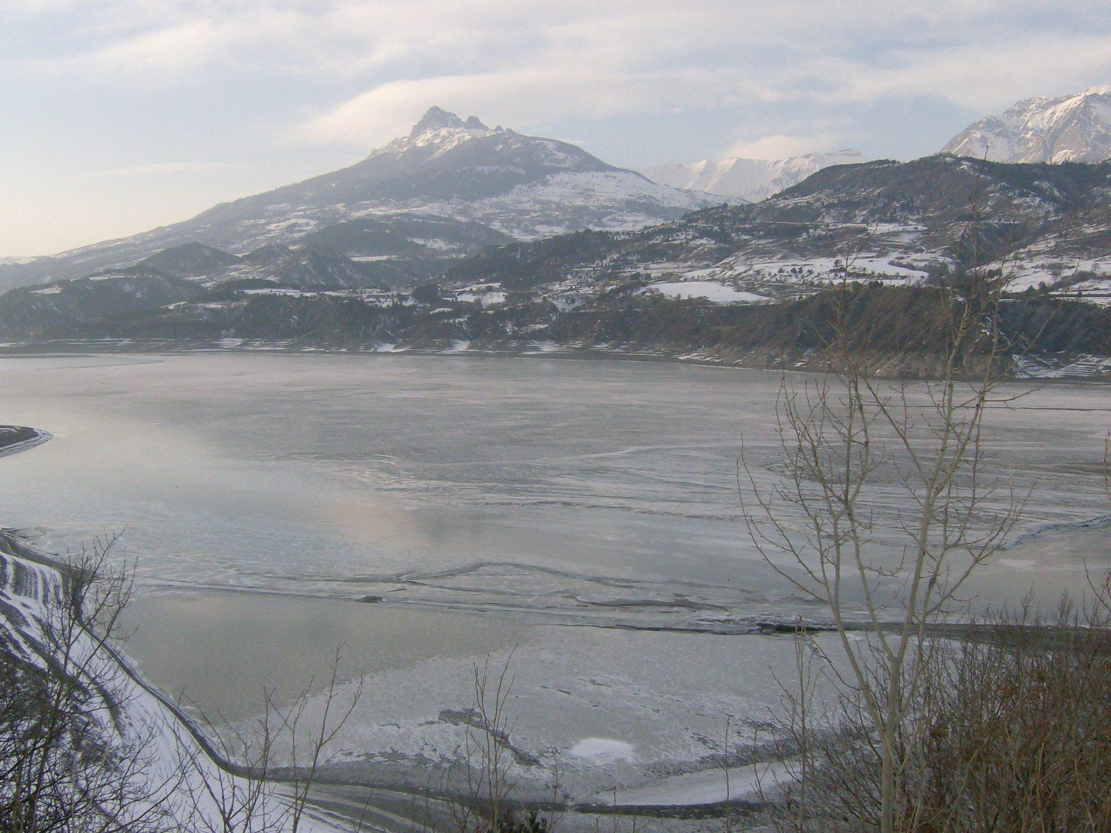Lac Serre Poncon : Luftaufnahme der alpen in der nähe von see lac de serre poncon